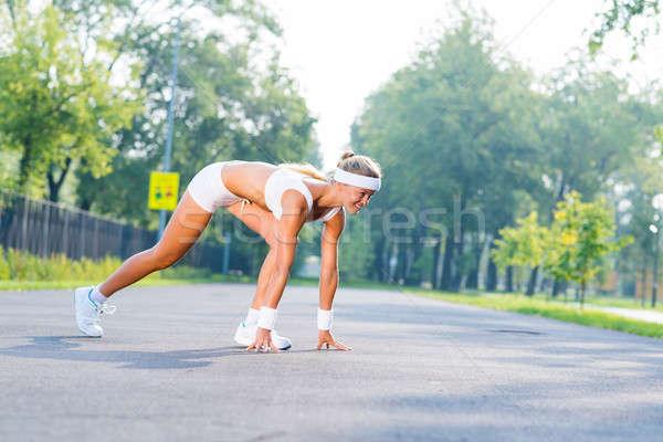 Athlète commencer jeune femme coureur extérieur permanent Photo stock © adam121