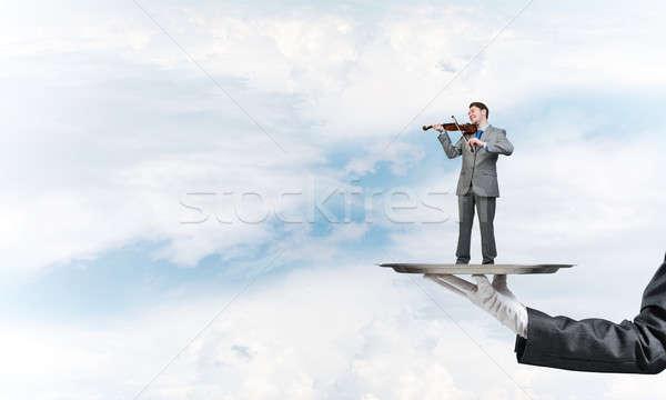 üzletember fém tálca játszik hegedű kék ég Stock fotó © adam121