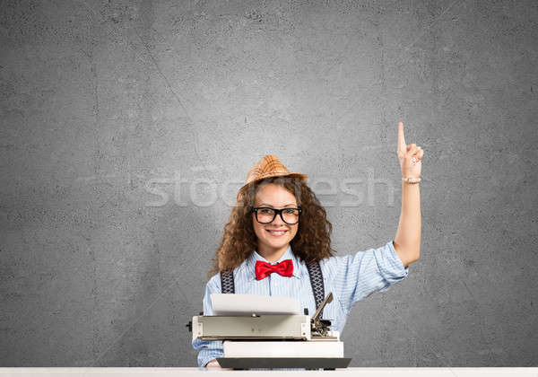 Mädchen Schriftsteller jungen ziemlich eingeben Maschine Stock foto © adam121