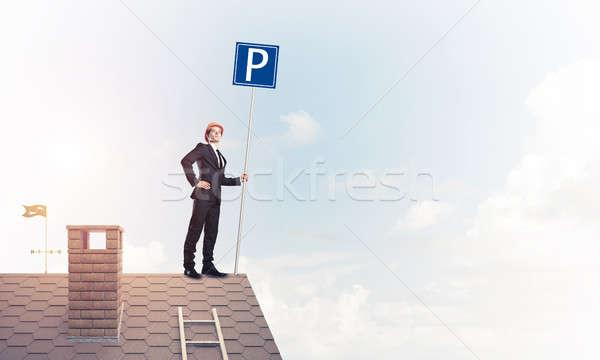 Jonge zakenman parkeren teken permanente baksteen Stockfoto © adam121
