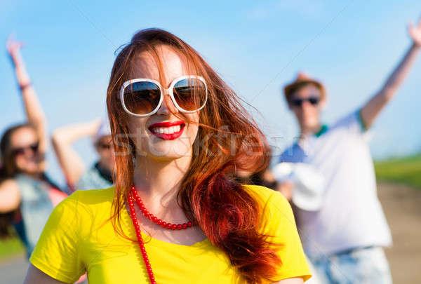 şık genç kadın güneş gözlüğü mavi gökyüzü arkadaşlar gökyüzü Stok fotoğraf © adam121