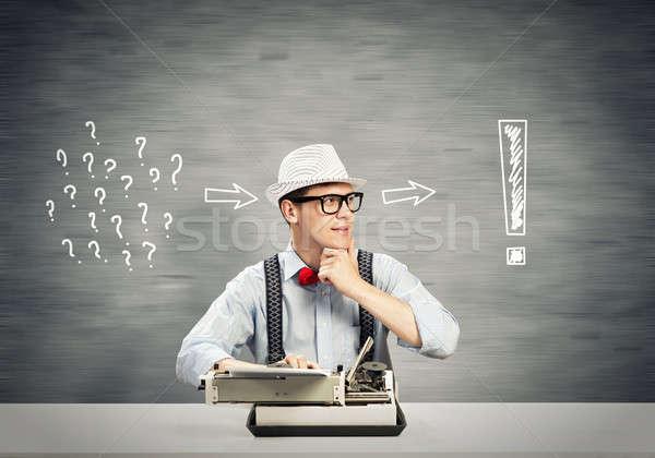 Adam yazar genç şapka gözlük yazarak Stok fotoğraf © adam121