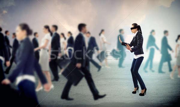Jonge geblinddoekt vrouw manier uit menigte Stockfoto © adam121