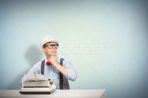 Jonge journalist afbeelding vergadering tabel schrijfmachine Stockfoto © adam121