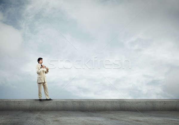 Man spelen trompet jonge zakenman gebouw Stockfoto © adam121