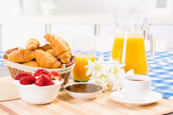 Stockfoto: Continentaal · ontbijt · koffie · aardbei · croissant · sap · vruchten
