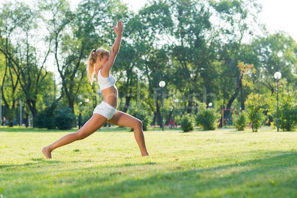 Mujer yoga parque jóvenes mujer atractiva activo Foto stock © adam121