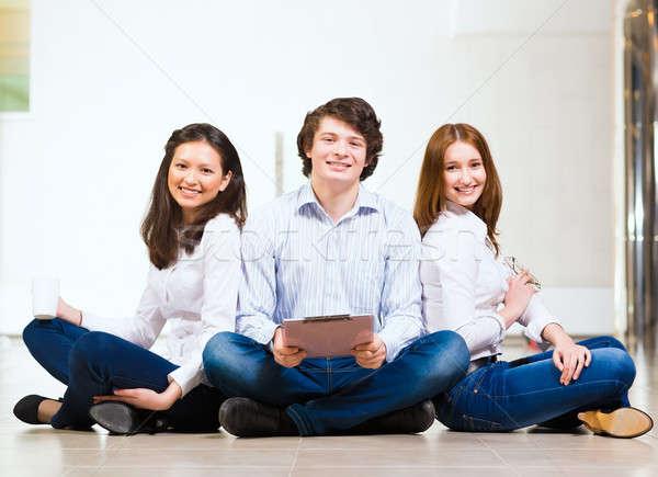 Portret grupy młodych ludzi posiedzenia piętrze człowiek Zdjęcia stock © adam121