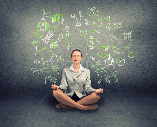 Femme d'affaires méditer étage mur graphiques diagrammes Photo stock © adam121