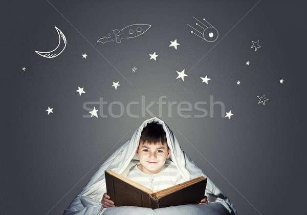 Bed czasu cute chłopca czytania książki Zdjęcia stock © adam121