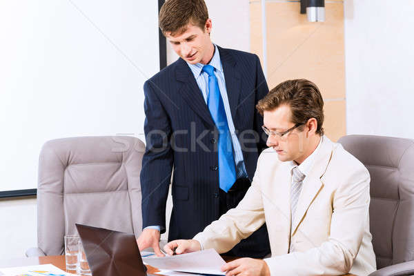 Reunião de negócios pessoas de negócios falante sessão tabela assistindo Foto stock © adam121