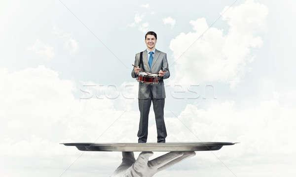 Zakenman metaal dienblad spelen trommel blauwe hemel Stockfoto © adam121