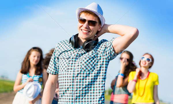 Młody człowiek okulary hat strony Błękitne niebo znajomych Zdjęcia stock © adam121