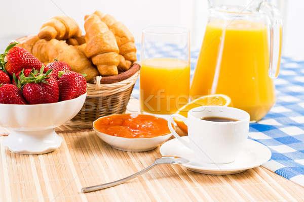 Kontinental kahvaltı kahve çilek kruvasan meyve suyu meyve Stok fotoğraf © adam121