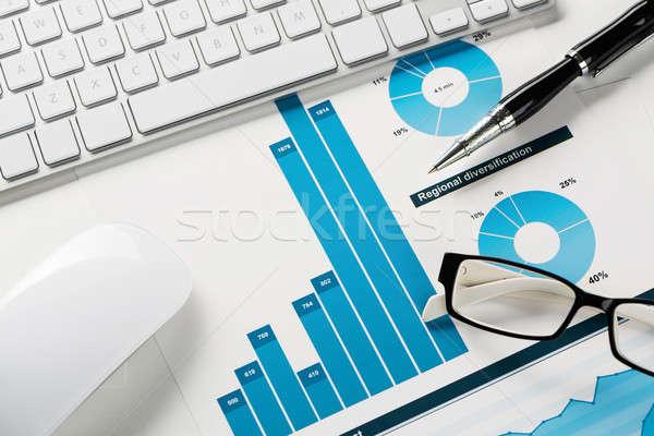 Foto stock: Média · de · vendas · relatório · negócio · local · de · trabalho · teclado