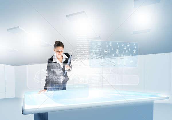 Foto stock: Innovador · mujer · de · negocios · mirando · los · medios · de · comunicación