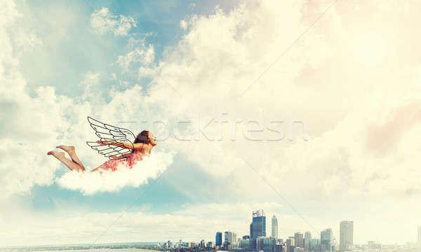 Jeunes libre jeune femme battant élevé ciel bleu Photo stock © adam121