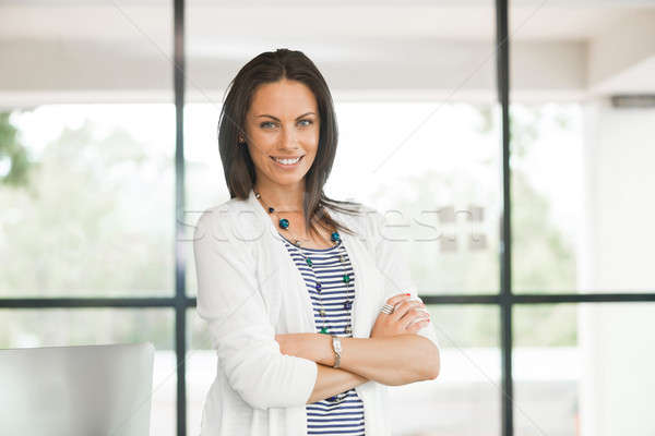Mooie brunette nadenkend aantrekkelijke vrouw permanente Stockfoto © adam121