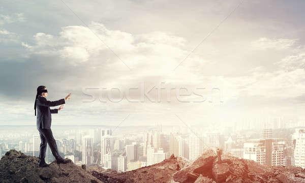 Jóvenes empresario caminando cuidadosamente paisaje urbano riesgo Foto stock © adam121