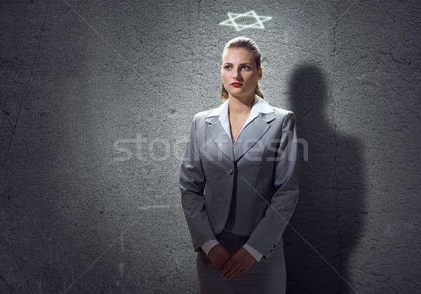 Bidden zakenvrouw jonge halo boven Stockfoto © adam121