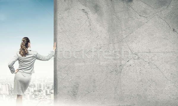Vrouw beton lege banner zakenvrouw permanente Stockfoto © adam121