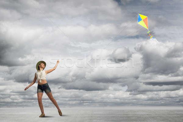 Lány repülés papírsárkány tinédzser farmer játszik Stock fotó © adam121