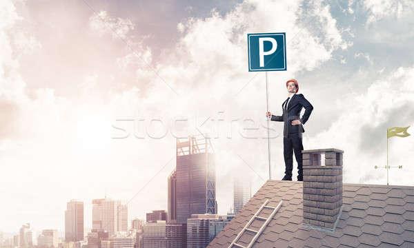 Jeunes affaires parking signe permanent brique Photo stock © adam121