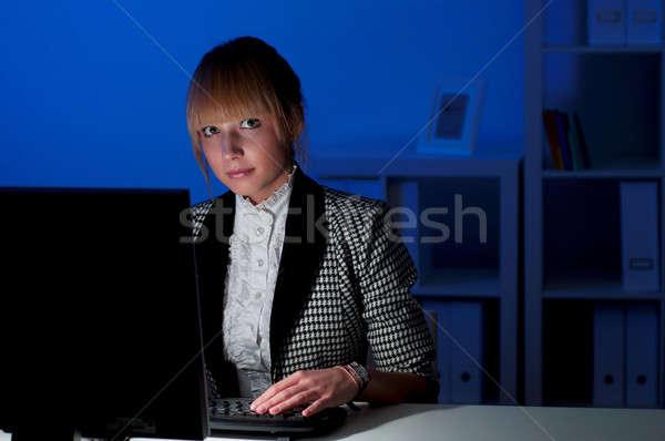 Ofis işleri gece güzel genç iş kadını çalışma Stok fotoğraf © adam121