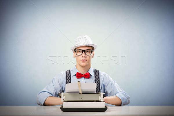 Młodych dziennikarz obraz posiedzenia tabeli maszyny do pisania Zdjęcia stock © adam121