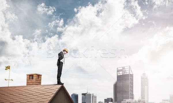 Işadamı aşağı bakıyor çatı modern Cityscape genç Stok fotoğraf © adam121
