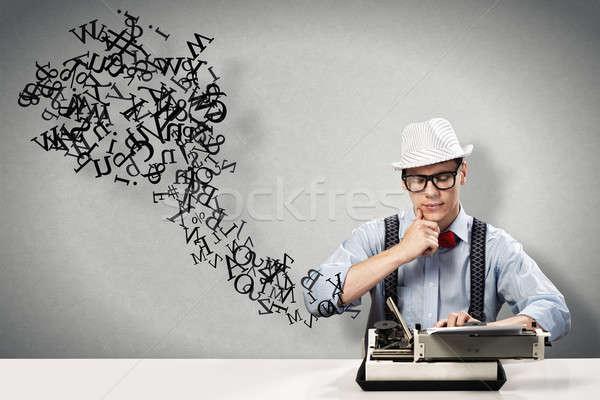 Jovem jornalista imagem sessão tabela máquina de escrever Foto stock © adam121