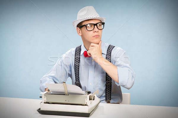 Genç gazeteci görüntü oturma tablo daktilo Stok fotoğraf © adam121
