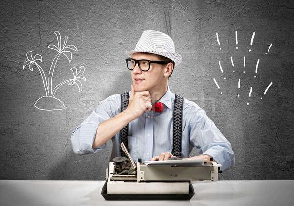 Hombre escritor joven escribiendo máquina espera Foto stock © adam121