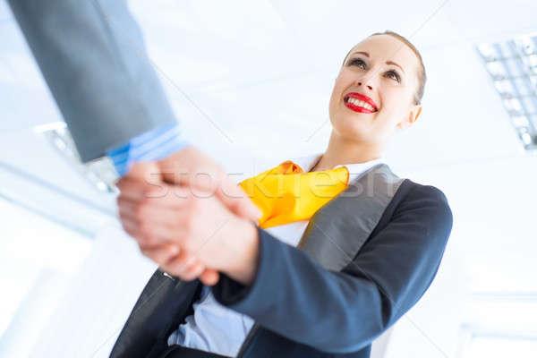 Zakenvrouw handen schudden cliënt jonge overeenkomst vergadering Stockfoto © adam121