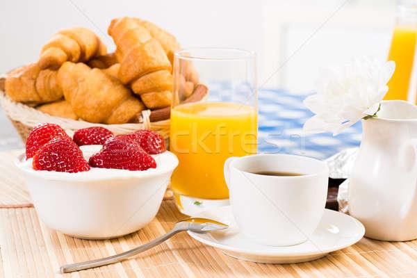 śniadanie kontynentalne kawy truskawki krem rogalik owoców Zdjęcia stock © adam121