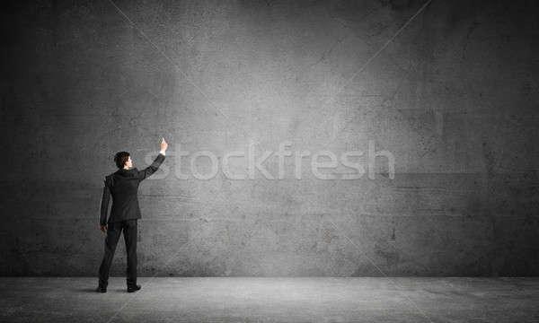 Biznesmen zwrócić konkretnych ściany pusty pokój Zdjęcia stock © adam121
