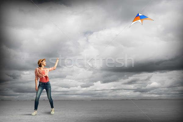 Meisje vliegen Kite tiener jeans spelen Stockfoto © adam121