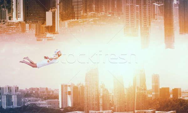 Jonge gratis jonge vrouw vliegen twee realiteit Stockfoto © adam121