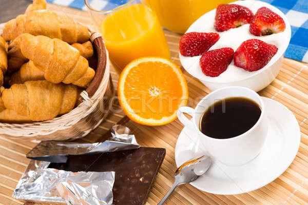 Continentaal ontbijt koffie aardbei room croissant vruchten Stockfoto © adam121