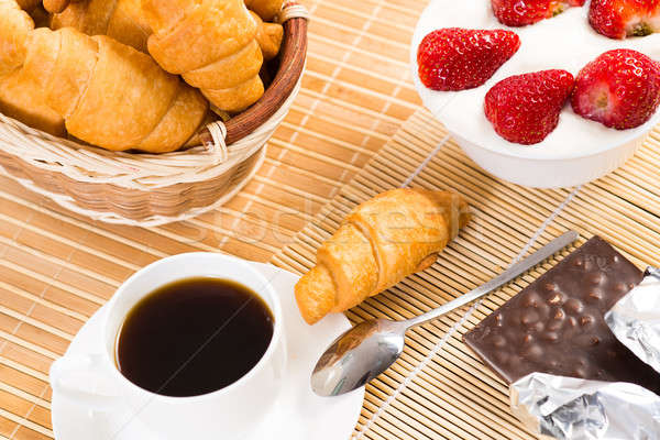 Desayuno continental jugo de naranja croissants fresas naturaleza muerta café Foto stock © adam121