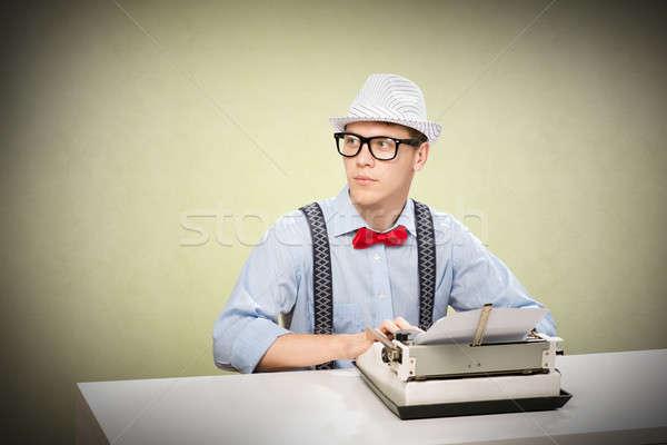 Jeunes journaliste image séance table machine à écrire Photo stock © adam121