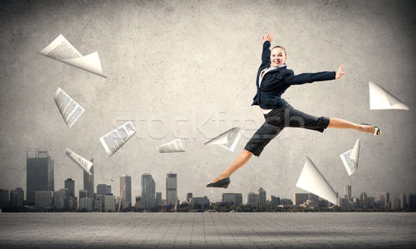 Photo stock: Danse · femme · d'affaires · sautant · papiers · battant