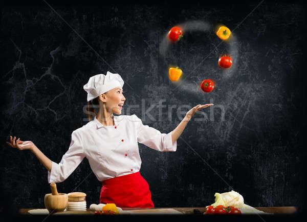 Asiático mulher chef malabarismo legumes um Foto stock © adam121
