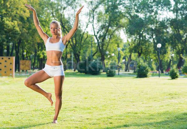 Donna yoga parco giovani attivo Foto d'archivio © adam121