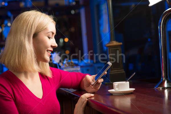 Vrouw beker koffie mobiele telefoon portret jonge vrouw Stockfoto © adam121