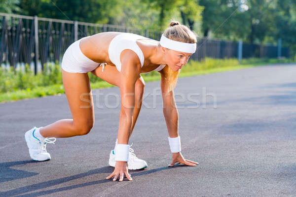 Atlet başlatmak genç kadın koşucu açık ayakta Stok fotoğraf © adam121