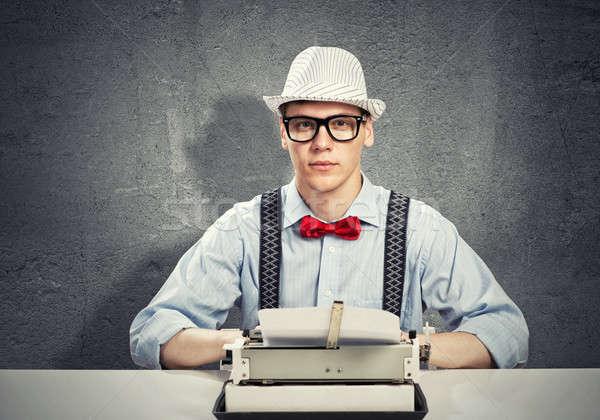 Uomo scrittore giovane digitando macchina attesa Foto d'archivio © adam121