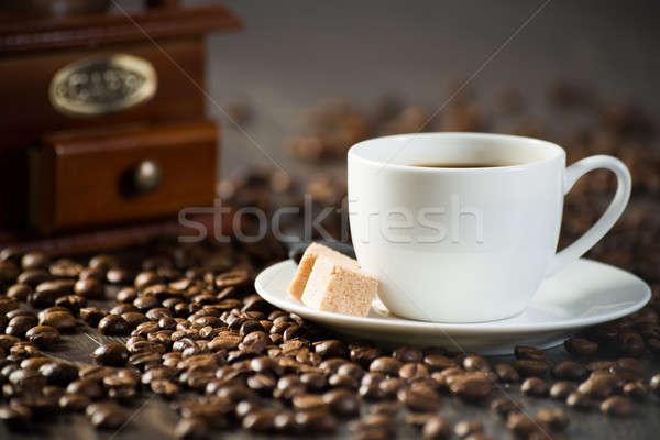 Fincan siyah kahve parçalar şekerkamışı kahve çekirdekleri etrafında Stok fotoğraf © adam121