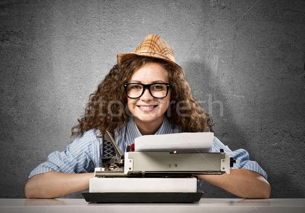 Femme écrivain jeunes jolie femme tapant machine Photo stock © adam121