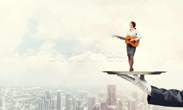 çekici işkadını Metal tepsi oynama akustik gitar Stok fotoğraf © adam121